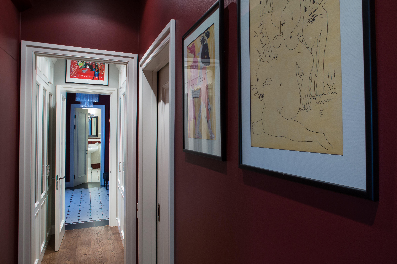 Служебная анфилада, вид от ванной комнаты на прихожую и гостевой санузел