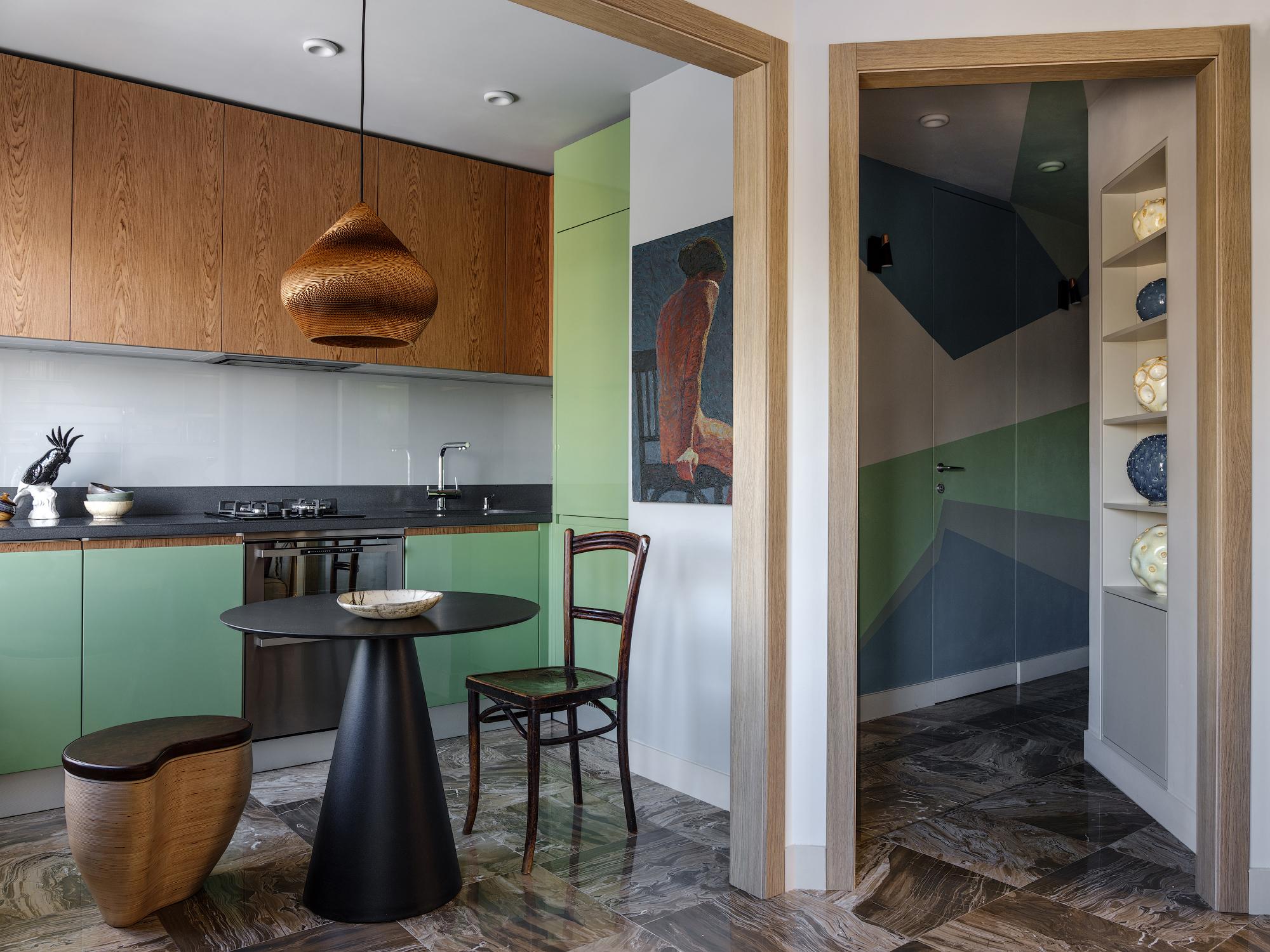 Вид их гостиной на кухню и коридор