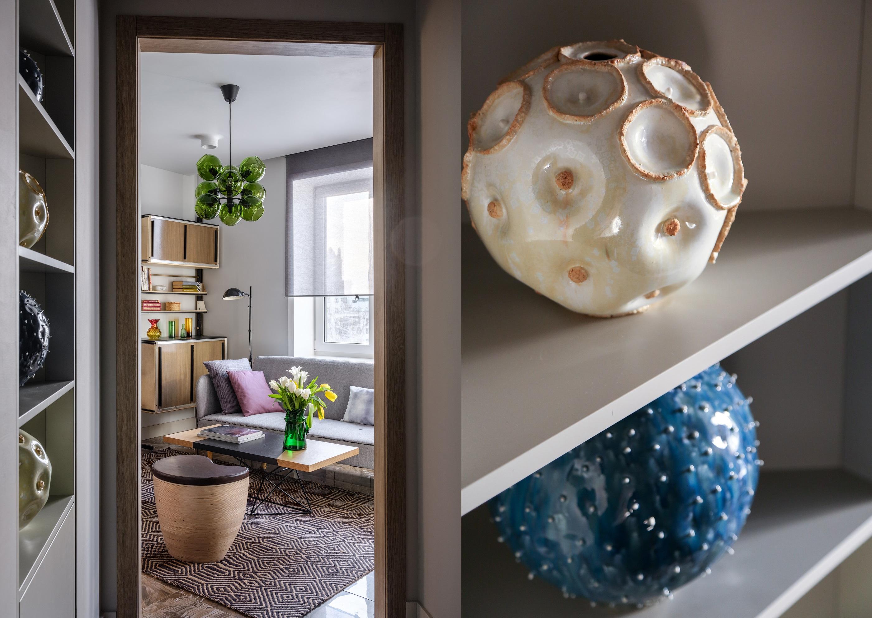 Вид из коридора на гостиную, детали коридора